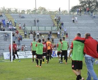 Nonostante la sconfitta anche oggi la squadra è uscita tra gli applausi dei sostenitori (foto Alcide Lucca)