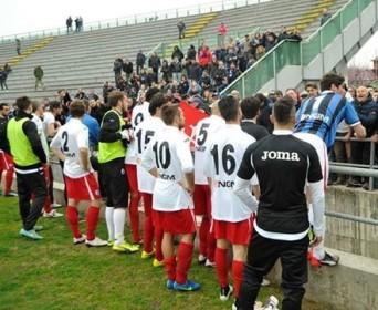 I tifosi pisani contestano la squadra al termine della sfida di Lucca (foto Alcide Lucca)